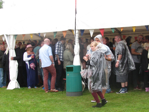 Cleve crowds shelter from the rain